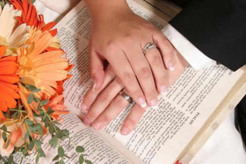 Matrimonio Leyendo La Biblia : Es difícil ser esposa de pastor universal
