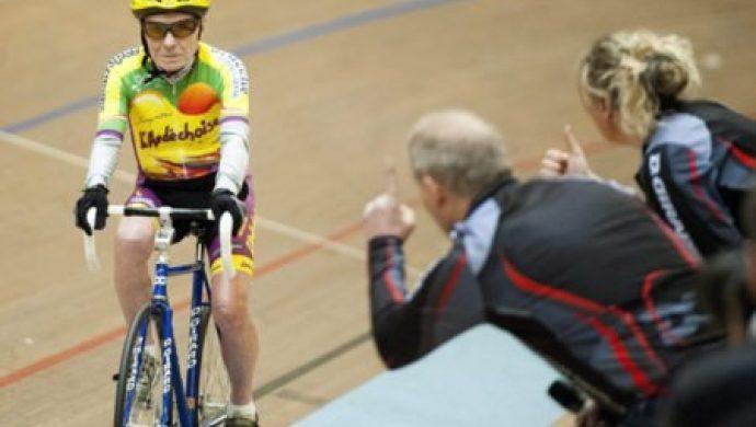 A los 105 años, un hombre rompe el récord mundial de ciclismo
