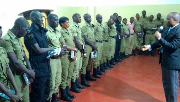 La Universal de Kirinya, en Uganda, recibe la visita de decenas de policías