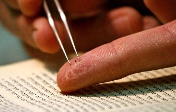 Israelies crean la Biblia más pequeña del mundo