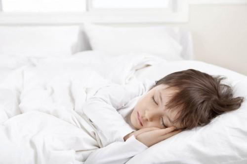 Dormir al menos 9 horas ayuda a los chicos en edad escolar