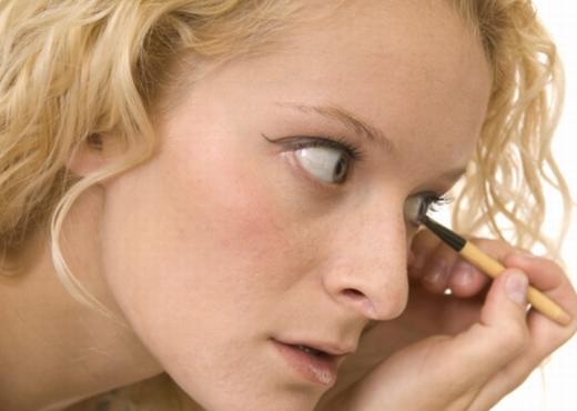 Cómo aplicar el delineador de ojos