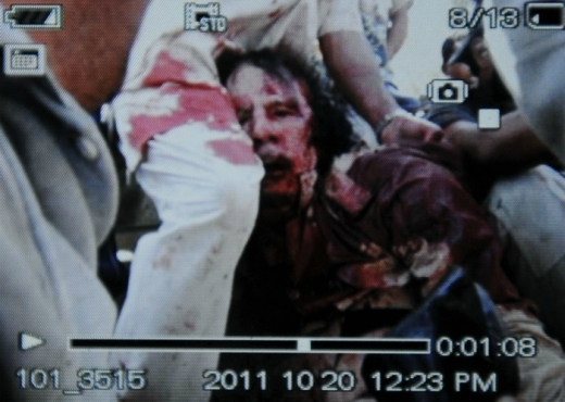 Muere Khadafi en manos de los revolucionarios