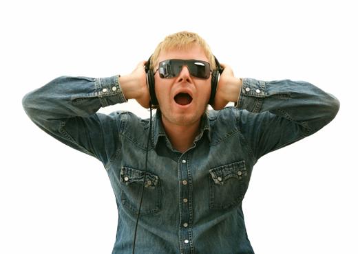 Las personas que usan audífonos podrían arriesgar su audición