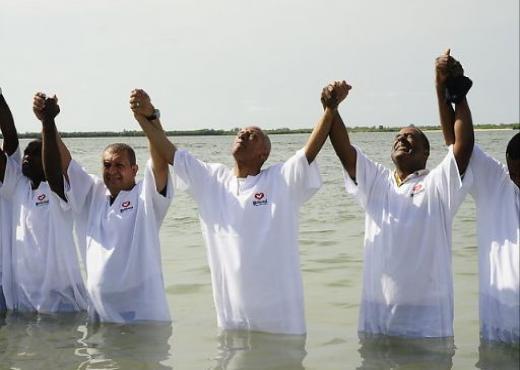 Miembros de la IURD son bautizados en Angola