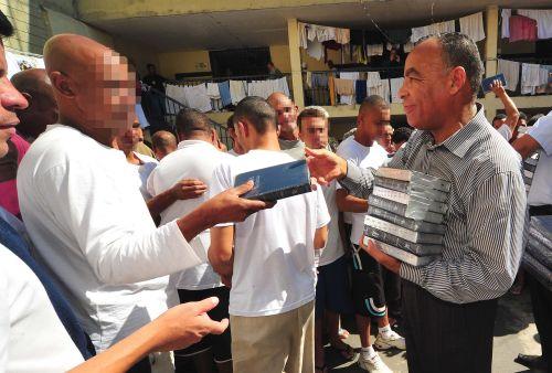 Presidiarios reciben Biblias donadas por los miembros de la IURD