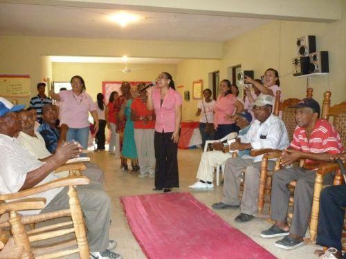 Grupo visita geriátrico en República Dominicana