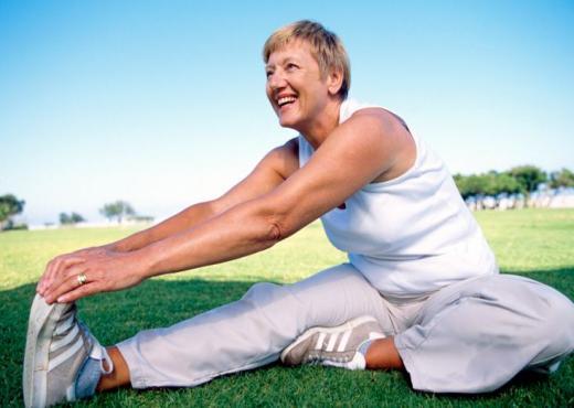 Ejercicios que pueden reducir el dolor crónico en personas mayores
