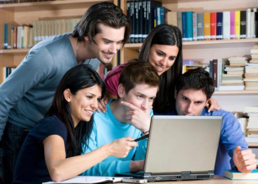Los jóvenes no les dicen a los padres lo que hacen en internet