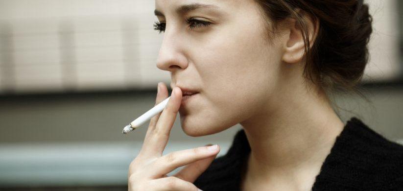 Las películas inducen a los adolescentes a fumar