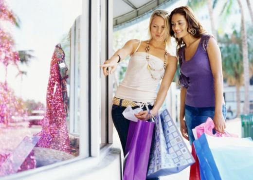 La mujer compra por impulso