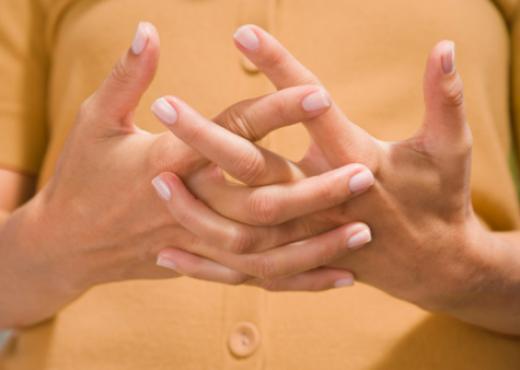 ¿Por qué nos suenan los dedos?