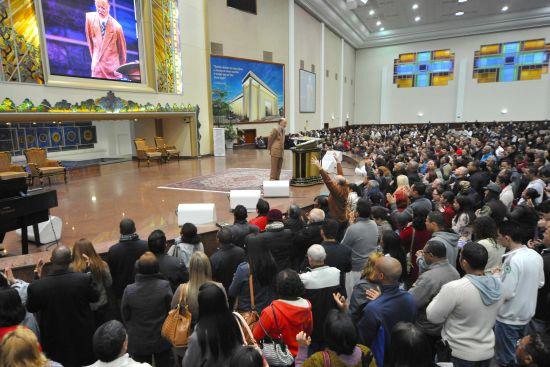 El obispo Macedo celebra la Santa Cena