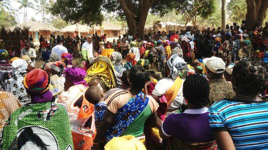 Una comunidad que vive aislada en Mozambique recibe auxilio