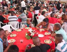 La Universal realiza una cena para quienes viven en la calle