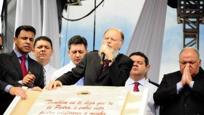 El obispo Macedo lanza la Piedra Fundamental de la nueva Universal en Curitiba