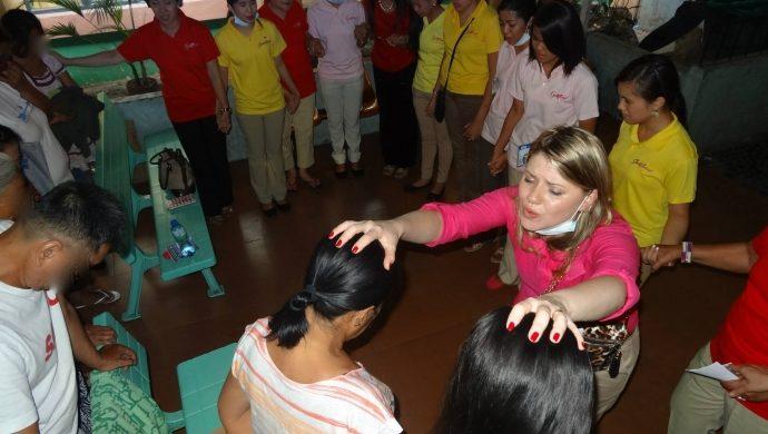 Vea cómo fue la visita del grupo Godllywood a los niños con cáncer en Filipinas