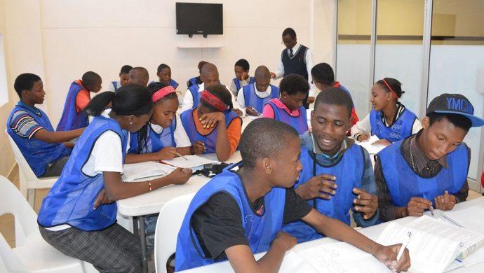 """Jóvenes son """"adoptados"""" por la Universal de Botsuana"""