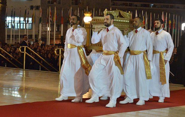 Los sacerdotes llevan el Arca de la Alianza al Templo de Salomón