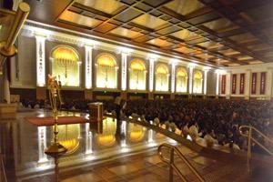Esperando que comience la reunión en el Templo