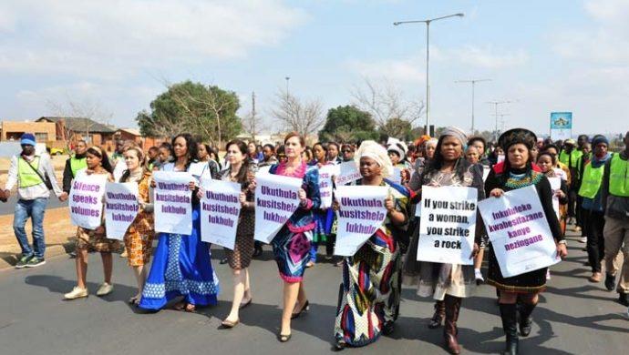 En una marcha silenciosa, mujeres protestan en contra de la violencia