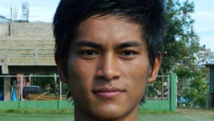 Un jugador de fútbol muere después de festejar un gol realizando una pirueta