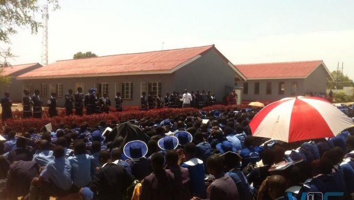 La Universal de Zimbabue realiza conferencias en escuelas del país