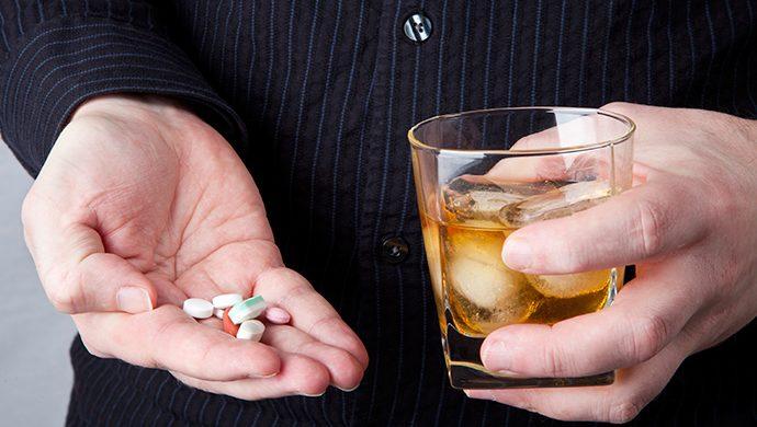 Casi muere por mezclar alcohol y drogas