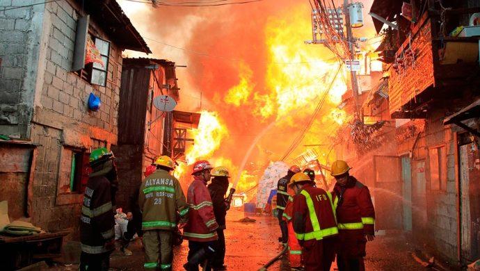 Víctimas de un incendio reciben algo más importante que agua