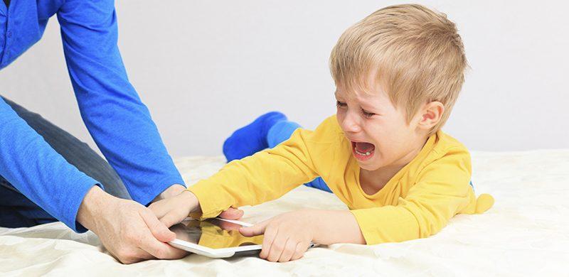 """Usted, ¿ya ha """"confiscado"""" el celular de su hijo?"""