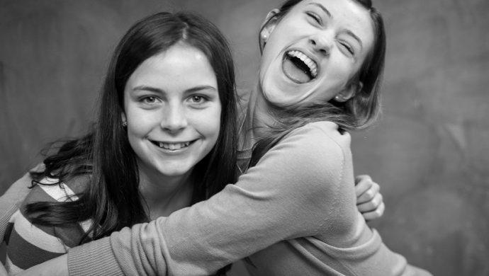 Vea 5 proverbios de la Biblia sobre la amistad