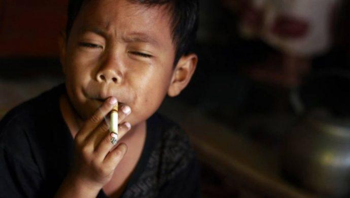 Niño de 7 años fuma 16 cigarrillos por día