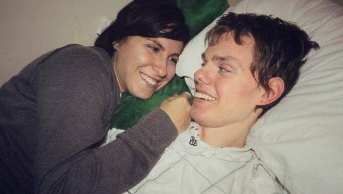 Una esposa se niega a desconectar los equipos médicos y el hombre despierta del coma
