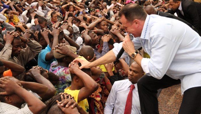 La Universal reúne casi 60 mil personas en África