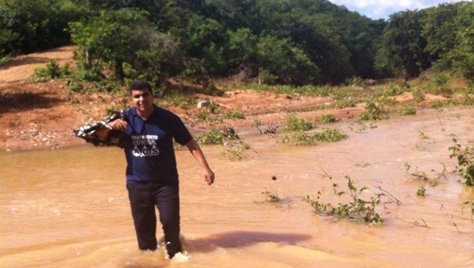 Voluntarios de la Universal atraviesan ríos para llegar a la zona desértica de Paraíba