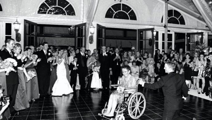 Novio baila de rodillas con la madre y emociona a los invitados