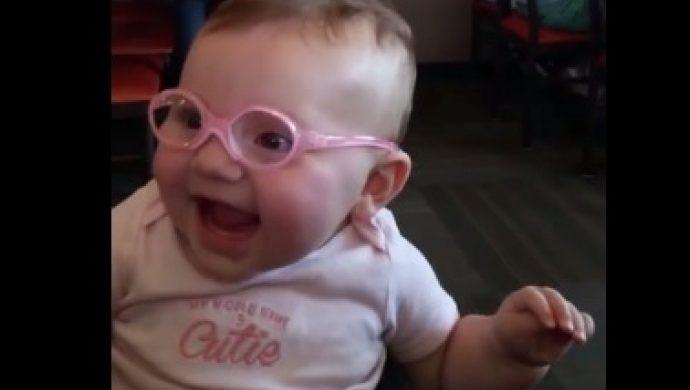 Una beba recibe anteojos y ve a los padres con nitidez por primera vez