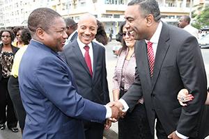 El presidente de Mozambique visita la Universal en el país