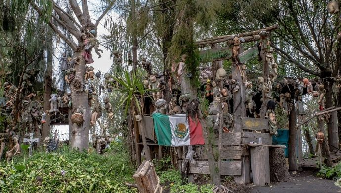 Mexicanos cuelgan muñecas en los árboles para «serenar» los susurros de espíritus durante la noche