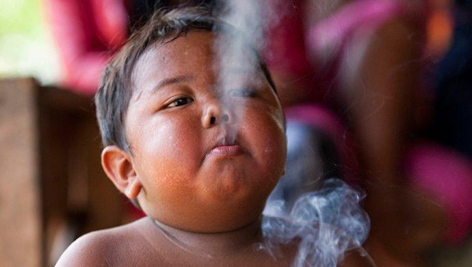 Entérese cómo está el niño que fumaba más de 40 cigarrillos por día a los 2 años de edad