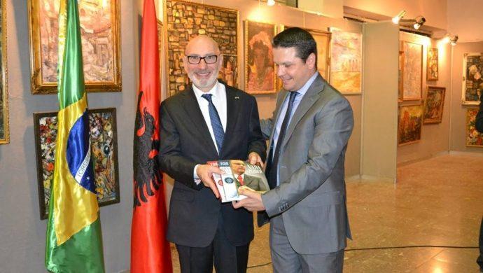 La Universal le da un obsequio al embajador de Brasil en Albania