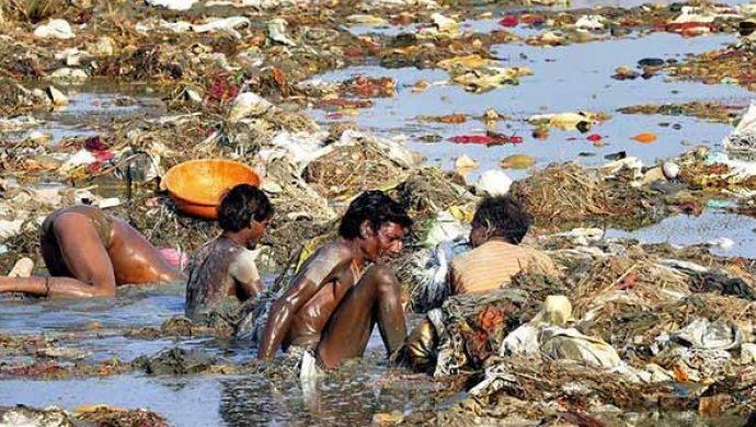 Hindúes se «purifican» en el río más contaminado de India