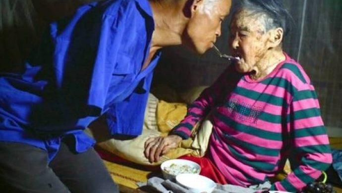 Incluso sin brazos, un hijo cuida a su madre de 91 años
