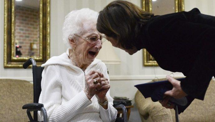 Una mujer de 97 años logra su diploma de secundaria