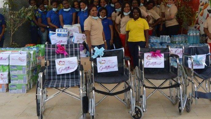 Voluntarias de la Universal visitan pacientes de un hospital en Angola