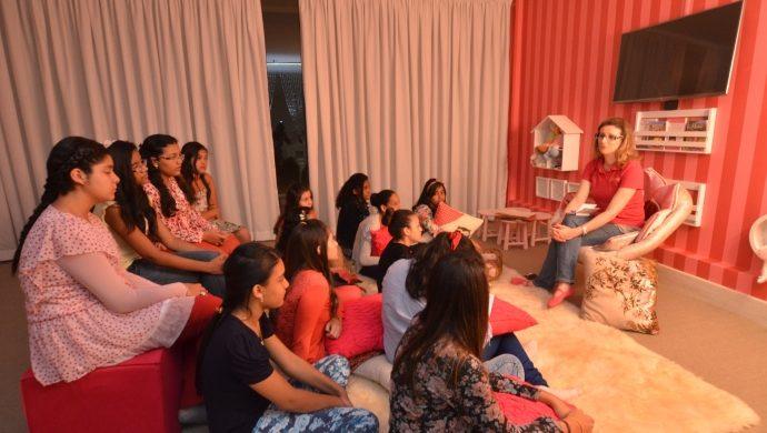 """Godllywood School: una """"escuela de la vida"""" para niñas"""