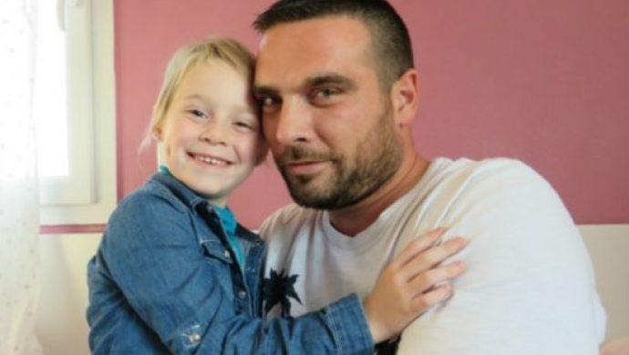 Compañeros de trabajo le donan 350 días de vacaciones a un padre para que cuide a su hija con cáncer