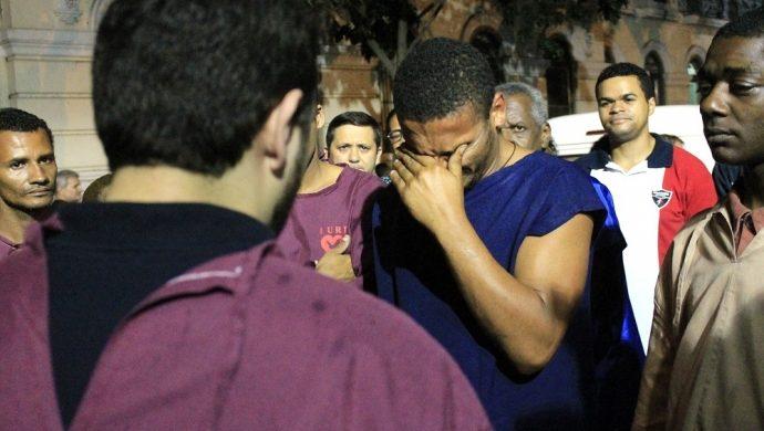 Las personas que viven en la calle son bautizados en Río de Janeiro