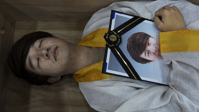 En Corea de Sur el «entrenamiento para la muerte» tiene como objetivo evitar suicidios