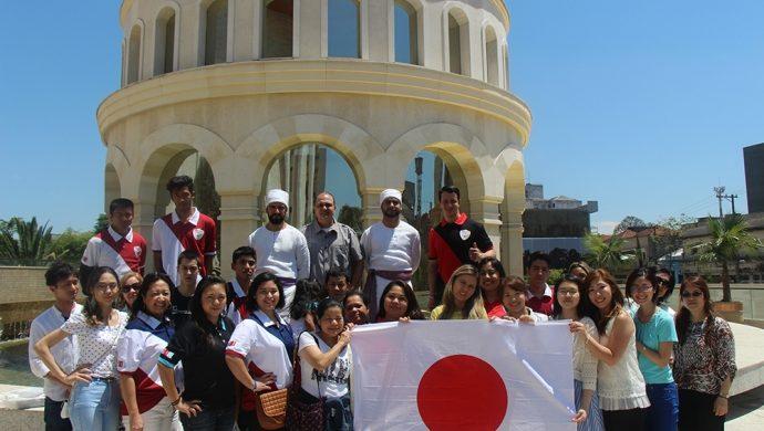 Los jóvenes de la Universal de Japón visitan el Templo de Salomón